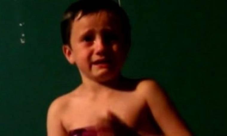Δείτε για ποιο λόγο αυτός ο 6χρονος κλαίει που δεν είναι 80 ετών! (βίντεο)
