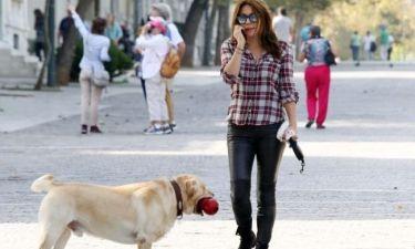 Σμαράγδα Καρύδη: Βόλτα με τον σκύλο της