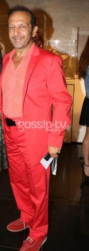 Βάλε το κόκκινο…κοστούμι! (Ποιος έκανε αυτή την εκκεντρική εμφάνιση;)
