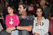 Μαμάδες και μπαμπάδες στο θέατρο με τα παιδιά τους