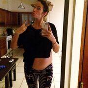 Γνωστή Ελληνίδα δείχνει τη κοιλίτσα της λίγο πριν γεννήσει