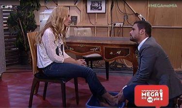 Ο Ουγγαρέζος πλένει τα πόδια της Ντορέττας και της κάνει αδιάκριτες ερωτήσεις