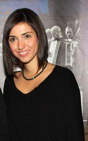 Ηθοποιός φτιάχνει κοσμήματα από σακούλες σκουπιδιών