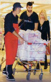 Ελένη Μενεγάκη: Με τον αδελφό της στο super market