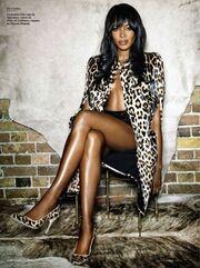 Η Naomi Campbell μόνο με το σεντόνι (φωτό)
