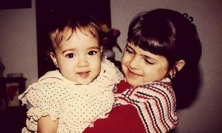 Αναγνωρίζετε τα δύο κοριτσάκια της φωτογραφίας;
