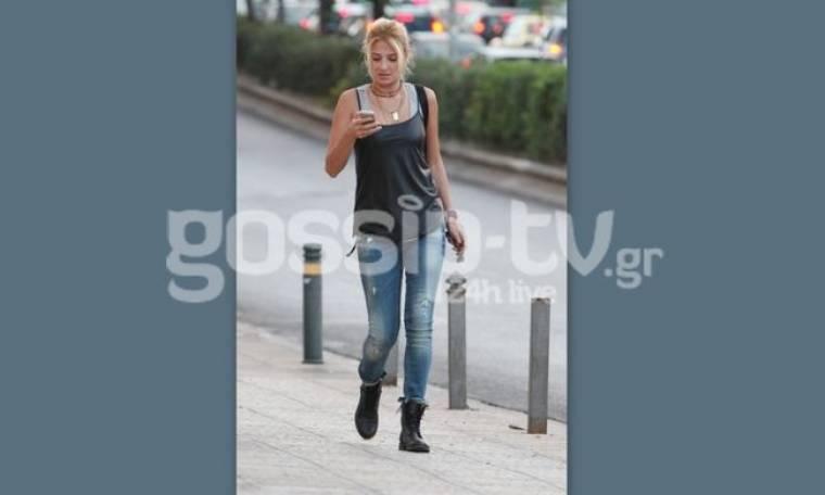 Φαίη Σκορδά: Με casual look στην Γλυφάδα
