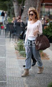 Στέλλα Καλλή: Με casual εμφάνιση στην Γλυφάδα