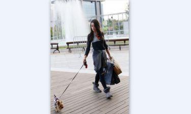 Ισμήνη Νταφοπούλου: Βόλτα για ψώνια με το σκυλάκι της