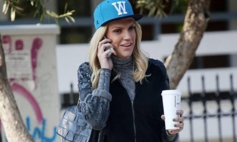 Σάσα Σταμάτη: Με κινητό στο αυτί, καφέ στο χέρι και R&B στυλ