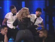 Τι ντροπή! Της σκίστηκε το κολάν on stage