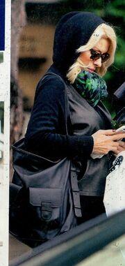 Ελένη Μενεγάκη: Με στυλ ακόμα και στην βροχή