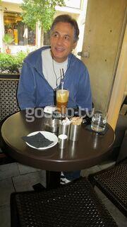 Θάνος Καληώρας: Απολαμβάνει τον καφέ του στο Κολωνάκι