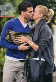 Τρυφερό φιλί αγκαλιά με το νεογέννητο γιο τους
