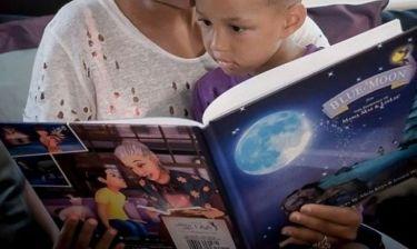 Πασίγνωστη τραγουδίστρια διαβάζει στο μικρό της βιβλίο και το μήνυμά της συγκινεί! (εικόνα)