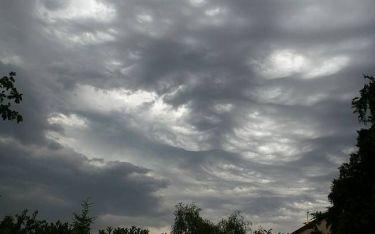 Καιρός: Συννεφιασμένη Κυριακή με τοπικές βροχές