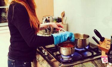 Ποιος είπε ότι οι Χολιγουντιανές σταρ δεν μπαίνουν στην κουζίνα;