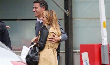 Αγκαλιά με την σύζυγό του ο προπονητής του Ολυμπιακού