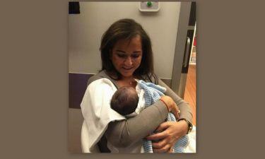 Η Ντόρα Μπακογιάννη φωτογραφήθηκε με τον νεογέννητο εγγονό της