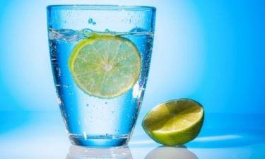 Πέντε λόγοι για να πίνετε νερό με λεμόνι κάθε πρωί