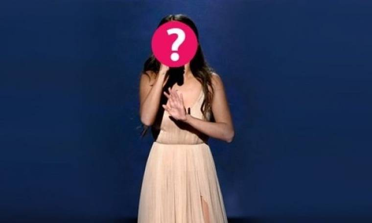 Διάσημη τραγουδίστρια «καταρρέει» επί σκηνής, τραγουδώντας για τον πρώην της