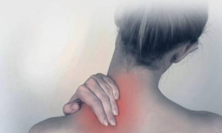 Πόνος στον αυχένα; Δοκιμάστε 3 ασκήσεις που θα σας ανακουφίσουν