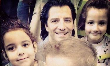 Σάκης Ρουβάς: Στόλισε το «δέντρο των ευχών» και «μοίρασε» χαμόγελα και χαρά στα παιδιά