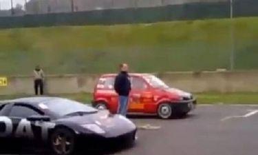 Fiatάκι έριξε… σκόνη σε Lamborghini (video)