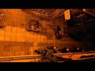 Αθήνα: ΜΑΤ προσπαθούν να εισβάλουν σε πολυκατοικία (Vid)