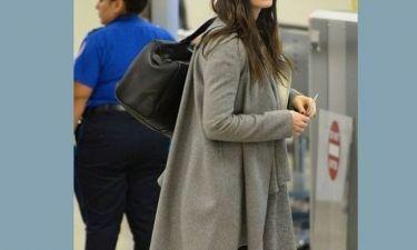 Είναι ή όχι έγκυος η γνωστή ηθοποιός; Προσπαθεί να κρύψει την κοιλίτσα με το παλτό της! (εικόνες)