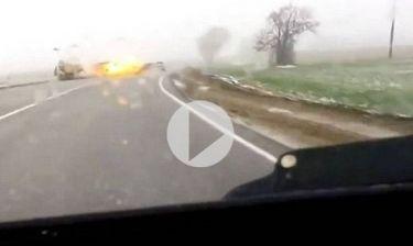 Ρωσία: Κεραυνός χτυπά αυτοκίνητο, που στη συνέχεια εκρήγνυται