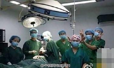 Γιατροί έβγαζαν selfies εν ώρα χειρουργείου!