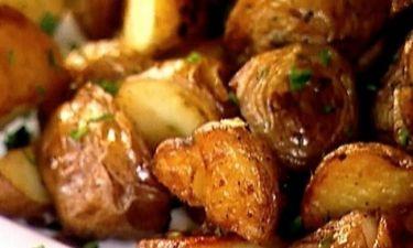 Εύκολη συνταγή για το ρεβεγιόν: Πεντανόστιμες τραγανές πατάτες φούρνου με μυρωδικά!