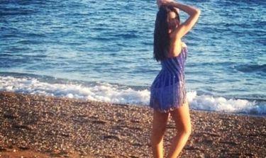 Με καλοκαιρινό μίνι φόρεμα σε παραλία της Ρόδου μέσα στο καταχείμωνο!