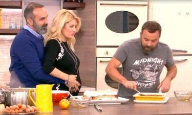 Το τρυφερό στιγμιότυπο: Ο Γκουντάρας χαϊδεύει την Ελένη!