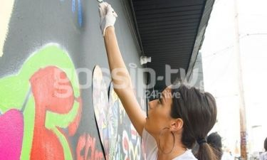 Η Ισμήνη Νταφοπούλου ζωγραφίζει σε τοίχο