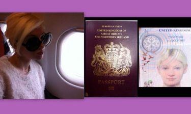 Η Τζούλια μας δείχνει το διαβατήριο της και ποζάρει α λα Τζάκι!