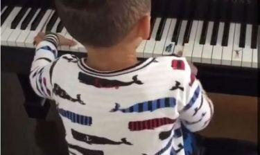 Ποια πασίγνωστη τραγουδίστρια είναι η μαμά αυτού του ταλαντούχου αγοριού; (βίντεο)