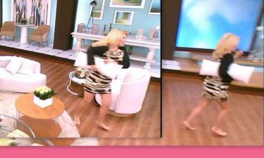 Ελένη Μενεγάκη: Τι συνέβη και έτρεχε ξυπόλυτη και με το μαξιλάρι ανά χείρας στο πλατό;