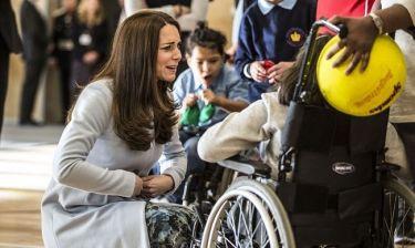 Η τρυφερή στιγμή της Middleton: Ακουμπά την κοιλιά της και δηλώνει «Νιώθω το μωρό να κλωτσάει»