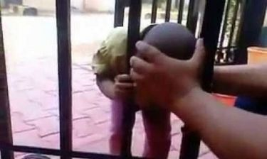Απίστευτο: Δείτε τι έκανε όταν σφήνωσε το κεφάλι του στα κάγκελα (βίντεο)