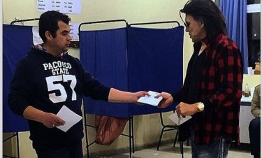 Εκλογές 2015: Ο Ηλίας Ψινάκης ψήφισε με… στυλ