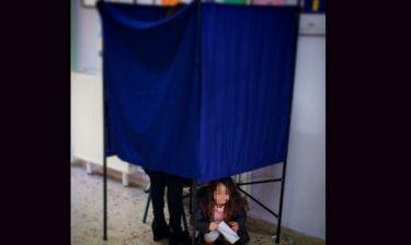 Εκλογές 2015: Βοήθησε την μαμά της να ψηφίσει