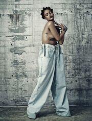 Και πάλι… topless η Rihanna