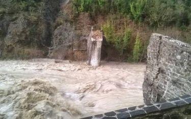Κακοκαιρία – Άρτα: Φωτογραφίες από το ιστορικό γεφύρι της Πλάκας που κατέρρευσε