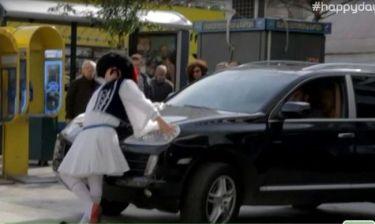 Ελληνοφρένεια: Ο Τσολιάς ψάχνει τον Βαρουφάκη και… βγάζει selfie!
