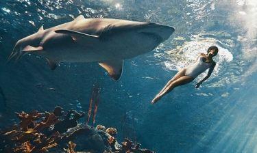 Η Rihanna κολυμπά με καρχαρίες