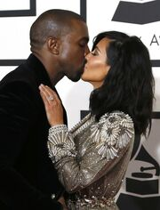 Το παθιασμένο τους φιλί και το χούφτωμα στα οπίσθιά της… (φωτό)