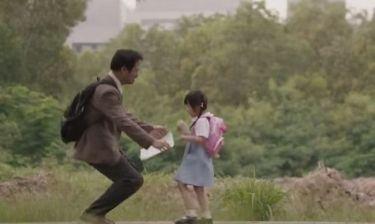 Πίσω από τα ψέματα ενός πατέρα στην κόρη του, κρύβεται μία συγκινητική ιστορία (βίντεο)
