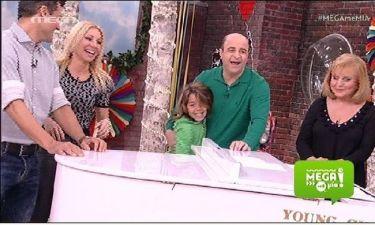 Η πιο τρυφερή στιγμή on air: Ο Μάρκος παίζει με τον γιο του χιονοπόλεμο